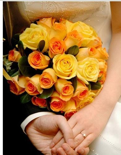 抛出个性新娘手捧花 分享你的快乐和幸福