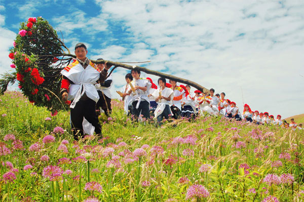我国少数民族的花节日:苗族花山节