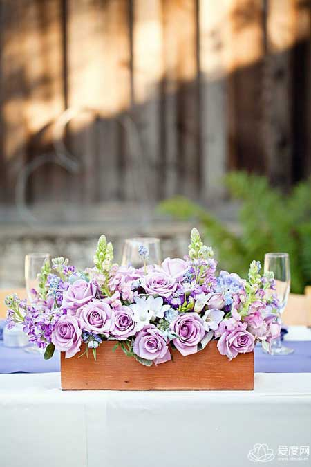 质朴木盒装鲜花 森系婚礼上的创意装饰物